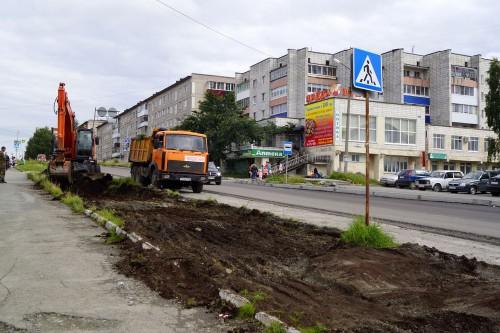 На улице Свердлова дорожники уже убирают газон для расширения проезжей части