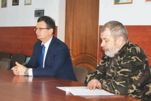 Михаил Санников и представитель Департамента лесного хозяйства на приеме у мэра города