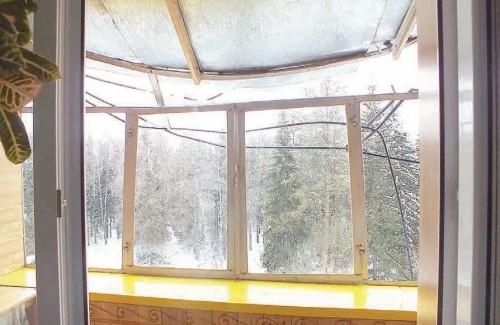 Упавший с крыши снег повредил застекленную лоджию на пятом этаже. Жильцы в шоке
