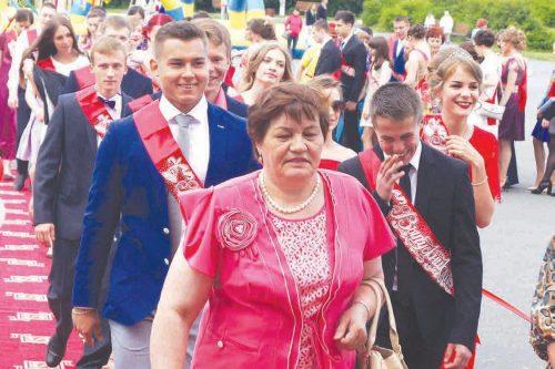 По красной дорожке проходят выпускники лицея №6 во главе с директором Любовью Кишеевой.