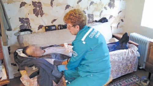 Фельдшеры на вызове проводят мини-обследование больного