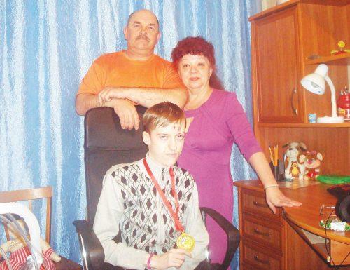 Бабушка и дедушка поздравили Даню с 18-летием вручением медали