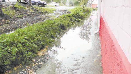 После ремонта у дома образовался небольшой водоём