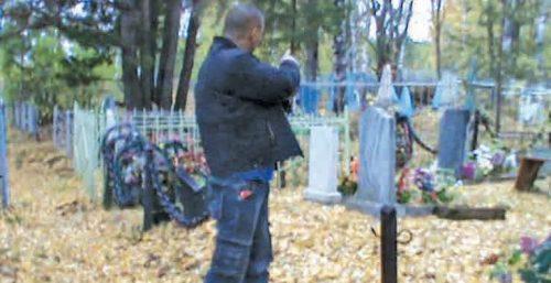Косья. Организатор банды показывает сотрудникам полиции места, где были похищены оградки.